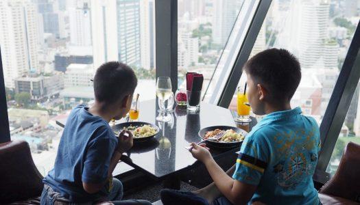 The Continent Hotel Bangkok พักผ่อนชิล ๆ กับสองหนุ่ม