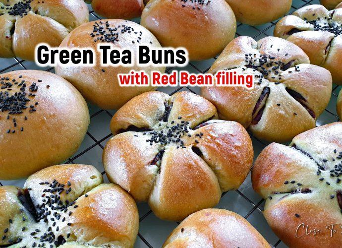 Green tea buns with red bean filling ขนมปังชาเขียวไส้ถั่วแดง